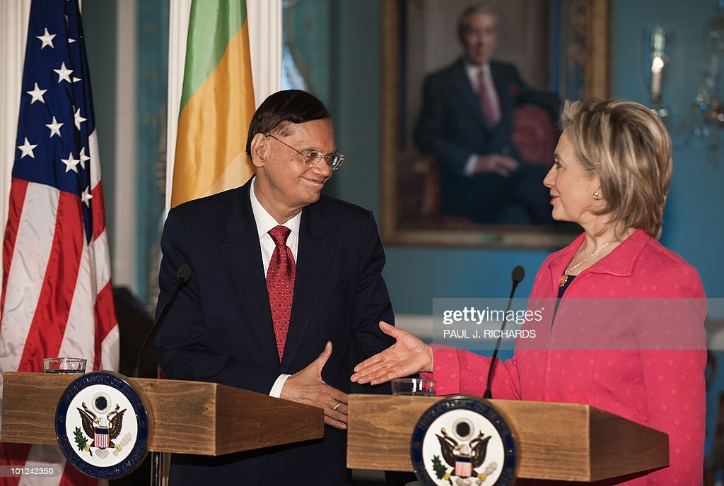 US Secretary of State Hillary Clinton (R) and Sri Lankan Foreign Minister G.L. Peiris shake hands while delivering remarks to the media after a private meeting on May 28, 2010 at the State Department in Washington. AFP PHOTO/Paul J. Richards