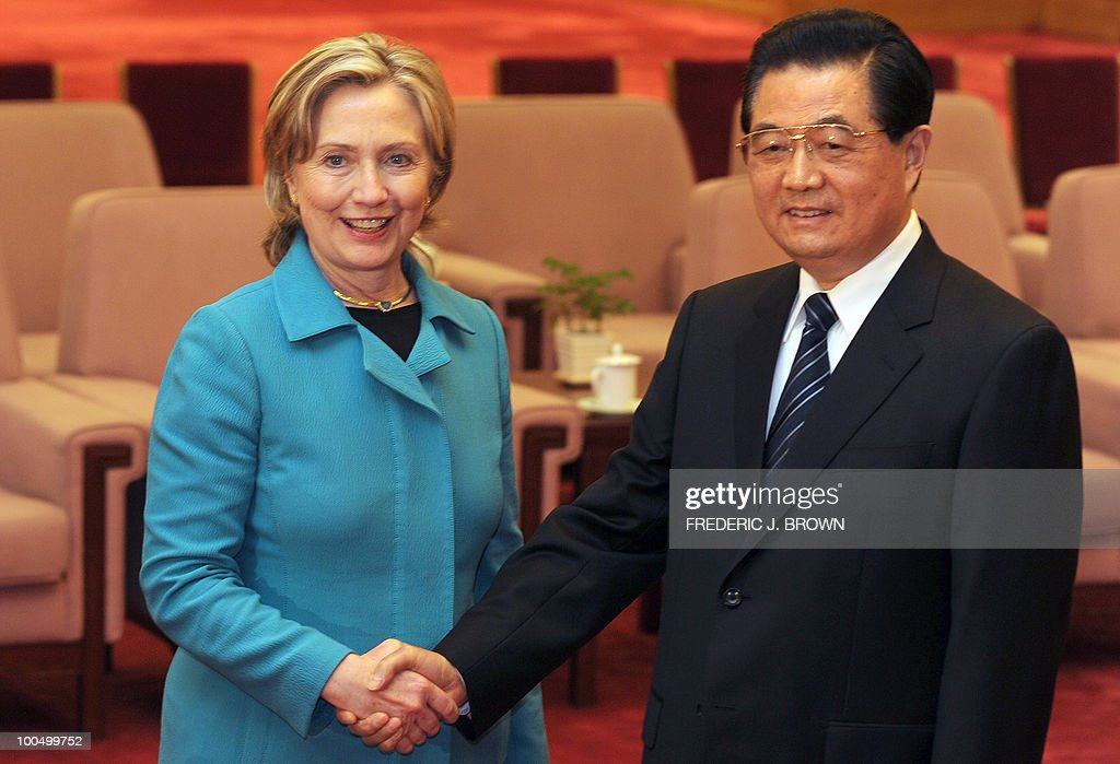 US Secretary of State Hillary Clinton (L) meets with Chinese President Hu Jintao (R) at the Great Hall of the People in Beijing on May 25, 2010. The US and China signalled progress in their pivotal relationship at high-profile annual talks after months of tension, but no major breakthrough on fractious economic disputes. AFP PHOTO / Frederic J. BROWN / POOL