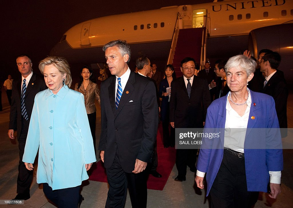 US Secretary of State Hillary Clinton (L) walks alongside US Ambassador to China Jon Huntsman (C) after arriving at Pudong International Airport in Shanghai on May 21, 2010. Clinton and her Japanese counterpart condemned North Korea, a day after a multinational panel blamed it for a deadly torpedo attack on a South Korean warship. AFP PHOTO/POOL/Saul LOEB