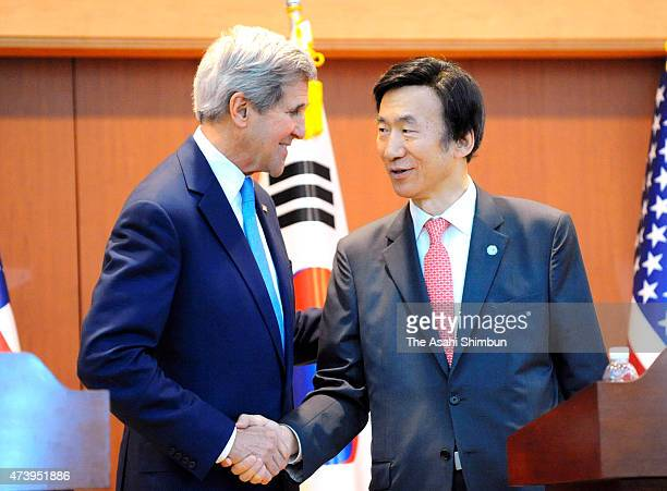 US Secretary of State John Kerry shakes hands with South Korean Foreign Minister Yun ByungSe during a joint press conference after their meeting at...