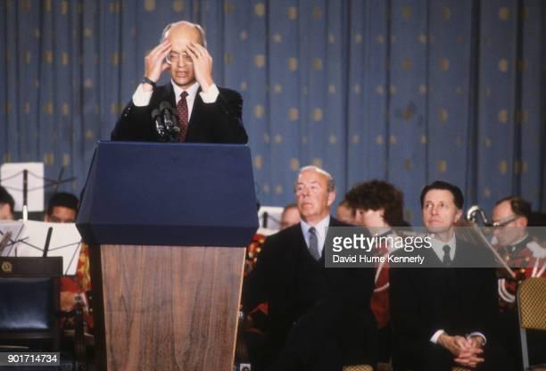 Secretary Of Defense Caspar Weinberger Photos Et Images De Collection Getty Images