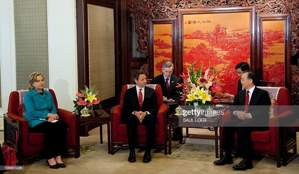 US Secretary of Treasury Timothy Geithner (C) and US Secretary of State Hillary Clinton (L) attend a meeting with Chinese Premier Wen Jibao (R) at Zhongnanahai Leadership Compound in Beijing, May 25, 2010. AFP PHOTO / POOL / Saul LOEB