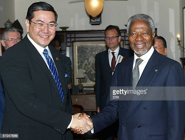 UN secretarygeneral Kofi Annan shake hands with Thai Foreign Minister Surakiart Sathirathai during bilateral meeting on the sidelines of the...