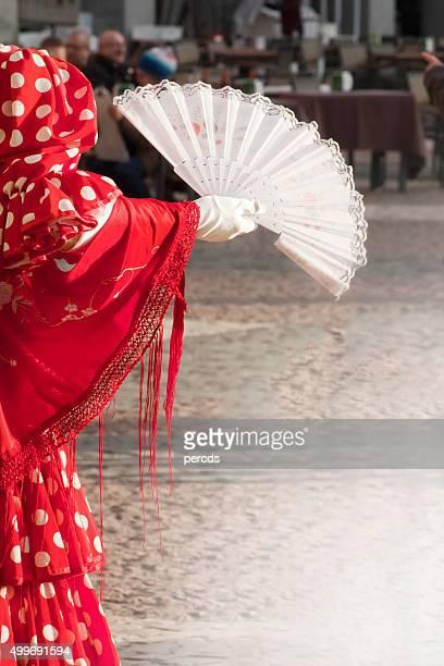 La sección de flamenco bailarina con un abanico plegable.