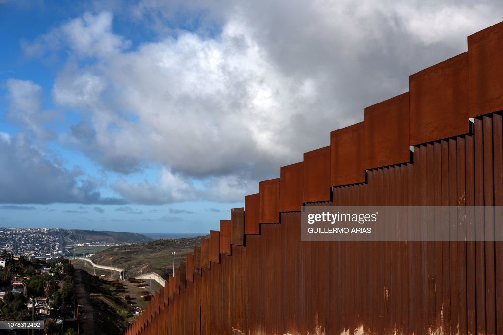 MEXICO-HONDURAS-US-MIGRATION-BORDER-WALL : News Photo