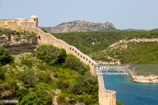 a section of the wall of the citadel of bonifacio perched on rugged cliffs, bonifacio, corsica, france, mediterranean, europe - corsica photos et images de collection