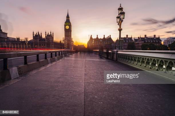 veiligheid belemmeringen westminster bridge - big ben stockfoto's en -beelden