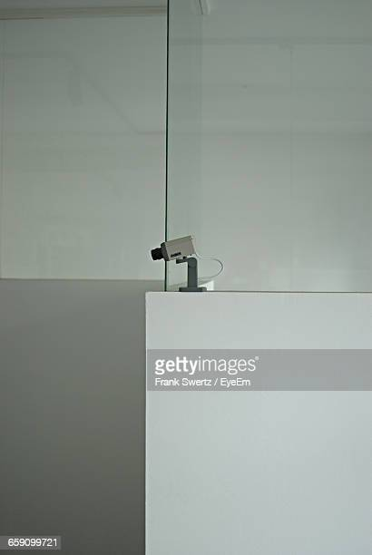 security camera against wall - frank swertz stockfoto's en -beelden