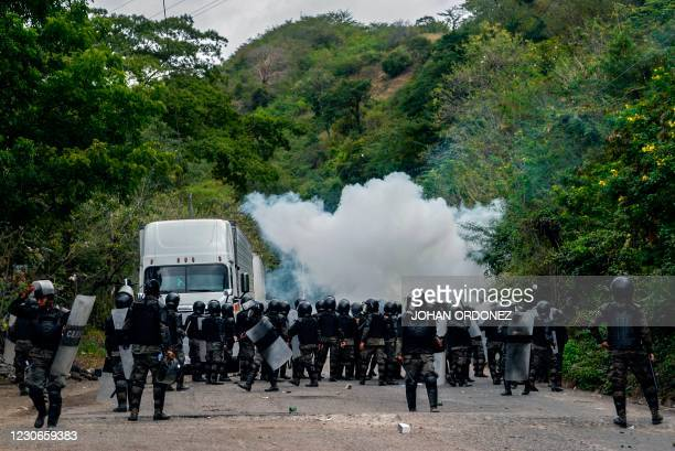 Security forces block migrants who arrived in caravan from Honduras on their way to the United States, in Vado Hondo, Guatemala, on January 18, 2021.