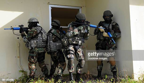 security forces members perform a quick check before entering a house. - 特殊部隊 ストックフォトと画像