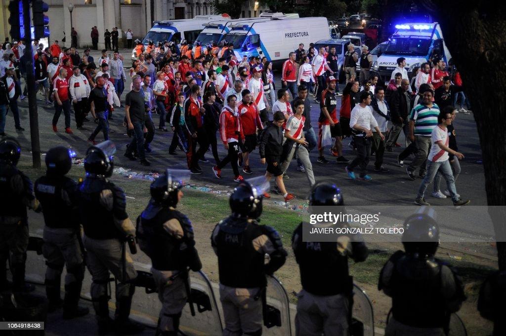 TOPSHOT-FBL-LIBERTADORES-RIVER-BOCA : News Photo