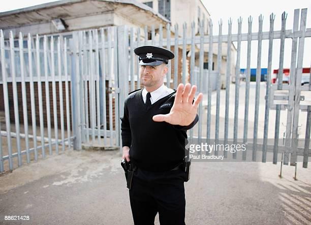 Agent de sécurité en main