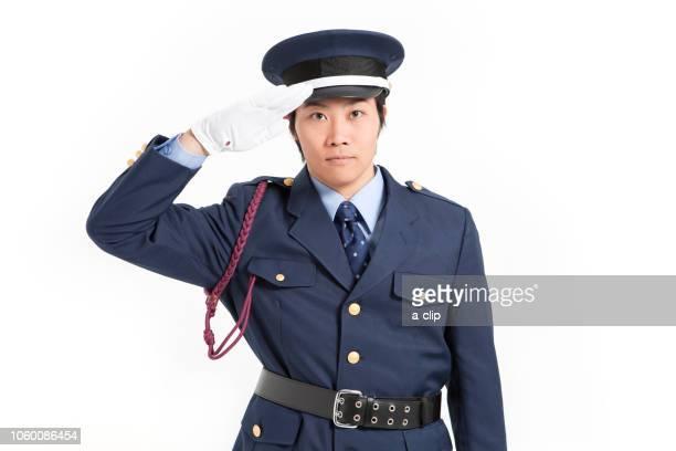 敬礼をする警備員