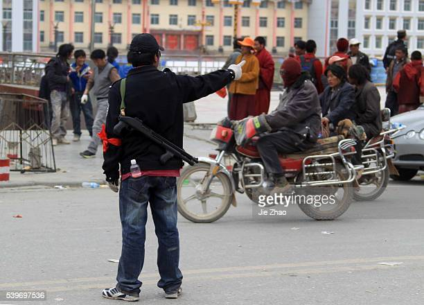 Security keeps order in the earthquake-hit town of Gyegu in Yushu County,Qinghai province, April 16,2010.VCP