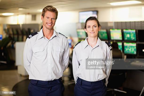 Le personnel de sécurité dans la salle de contrôle