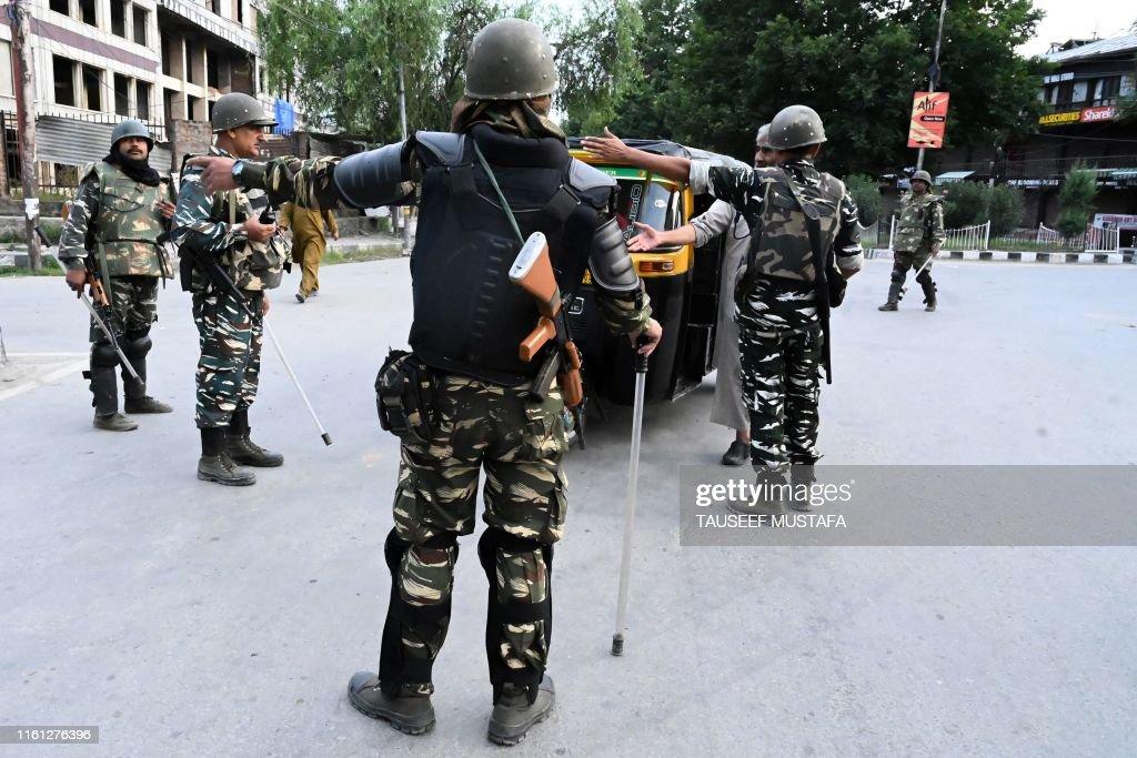 TOPSHOT-INDIA-PAKISTAN-KASHMIR-UNREST : News Photo