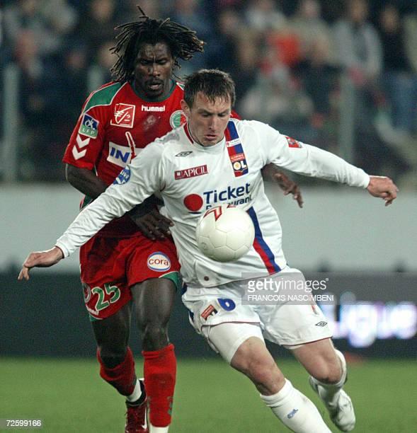 Lyon midfielder Kim Kallstrom vies with Sedan midfieldet Aliou Cisse during their French L1 football match Sedan vs Lyon 18 November 2006 at the...