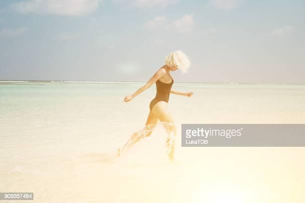 Verführerische Frau in seichtem Wasser auf den Malediven