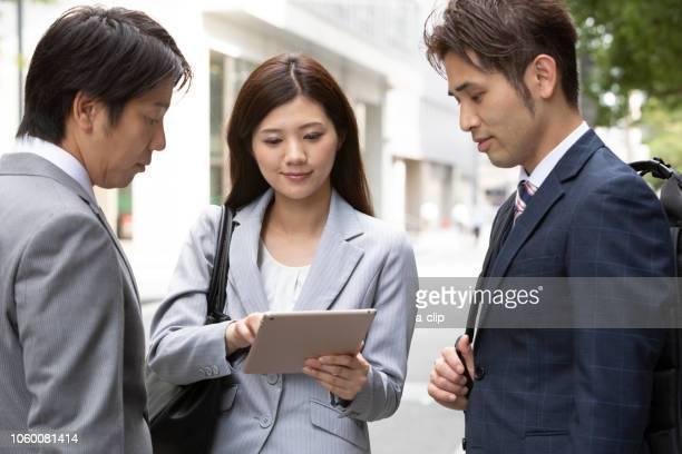 see ipad business men and women - nur japaner stock-fotos und bilder