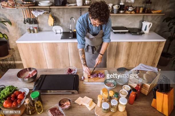 see what happens when you watch cooking shows all day - cortando preparando comida imagens e fotografias de stock