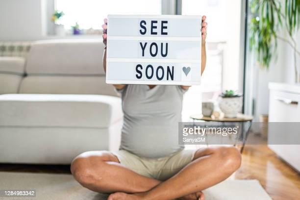 a bientôt bébé! - annonce grossesse photos et images de collection
