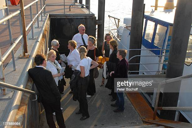 Seebestattung Peer Schmidt Hafen Insel Amrum Nordsee Seemannsgrab nach UrnenBeisetzung Ehefrau Helga Schlack Loni von Friedl TrauerGäste MS Eilun...