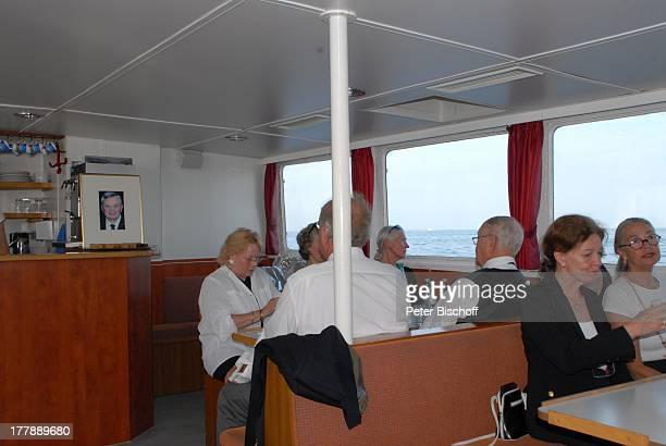 Seebestattung Peer Schmidt vor Insel Amrum Nordsee Seemannsgrab Ehefrau Helga Schlack daneben re Anne Zettermeier dahinter Loni von Friedl daneben...