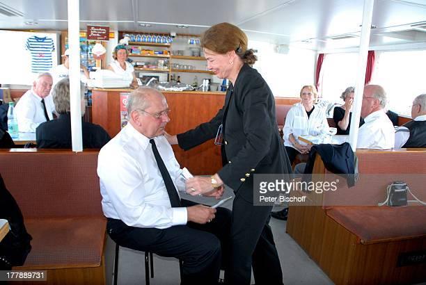 Seebestattung Peer Schmidt vor Insel Amrum Nordsee Seemannsgrab Ehefrau Helga Schlack bedankt sich bei Horst Rosand dahinter Loni von Friedl Anke...