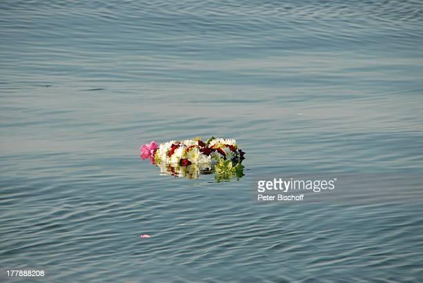 Seebestattung Peer Schmidt vor Insel Amrum Nordsee Seemannsgrab Urne BlütenKranz MS 'Eilun' SchleswigHolstein Deutschland Europa Schiff Abschied...
