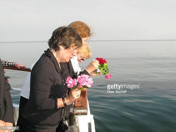 Seebestattung Peer Schmidt vor Insel Amrum Nordsee Seemannsgrab Urne Ehefrau Helga Schlack Tochter Petra Kluge Loni von Friedl Reling MS Eilun...