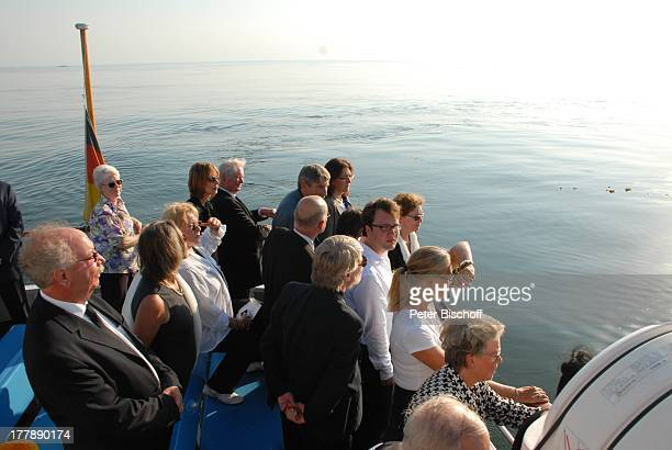 Seebestattung Peer Schmidt vor Insel Amrum Nordsee Seemannsgrab Urne Ehefrau Helga Schlack dahinter Schwiegersohn Prof Gustav Kluge Enkel Tobias...