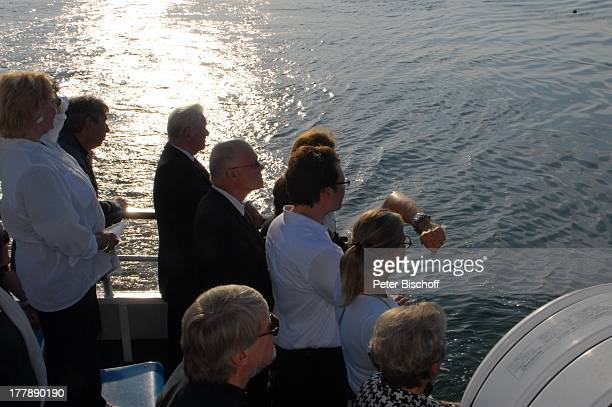 Seebestattung Peer Schmidt vor Insel Amrum Nordsee Seemannsgrab Urne Prof Gustav Kluge Enkel Tobias Kluge Loni von Friedl TrauerGäste MS Eilun...