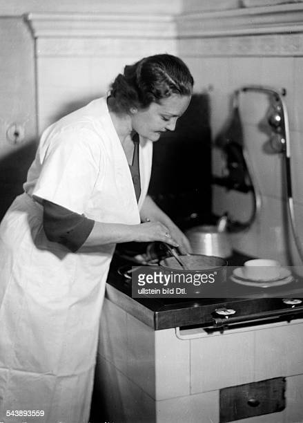 Seegers Rosl Singer Austria is cooking a meal in the kitchen Photographer Ullmann Published by 'Hier Berlin' 43/1936Vintage property of ullstein bild