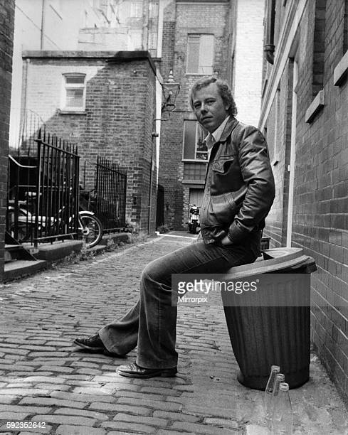 Seen here going back to his musical roots in the backyards and alleyways of Northern industrial towns September 1979 P007263