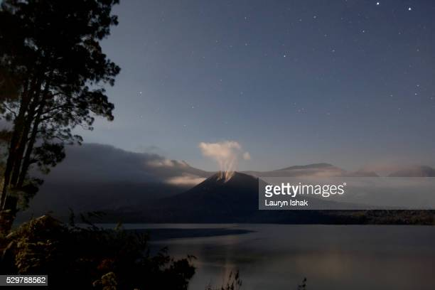 segara anak crater lake and gunung baru, lombok, indonesia - lauryn ishak stock pictures, royalty-free photos & images
