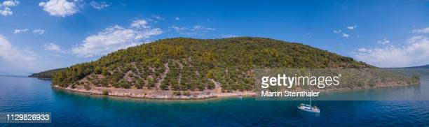 segelboot ankert vor insel cres - kroatische insel - luftaufnahme - küstenlandschaft stock pictures, royalty-free photos & images