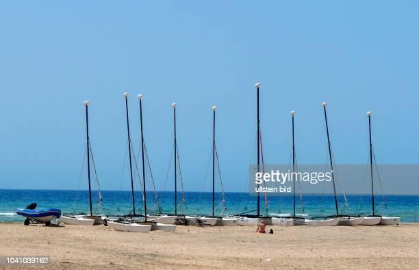 Segelboote fuers Kitesurfen stehen am Strand in der Naehe von Morro Jable auf der kanarischen Insel Fuerteventura in Spanien.