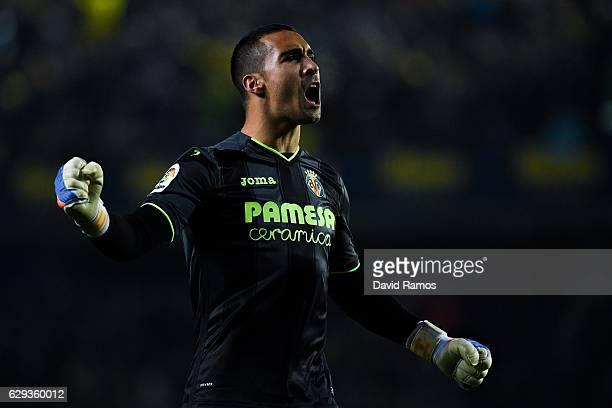 Segio Asenjo of Villarreal CF celebrates after his team mate Manu Trigueros scored his team's first goal during the La Liga match between Villarreal...