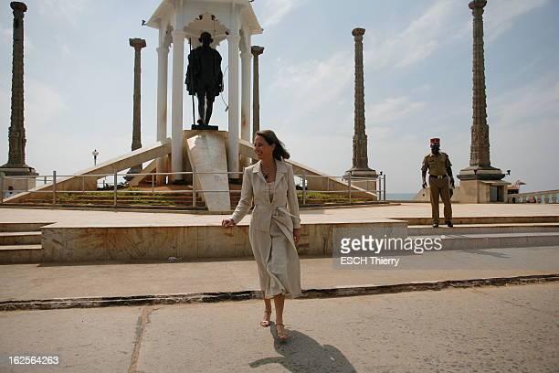Segolene Royal Trip To India Ségolène ROYAL à Pondichéry devant la statue de Ghandi qui orne le front de mer après un hommage aux Pondichériens morts...
