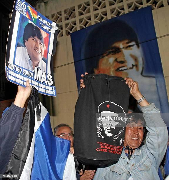 Seguidores del candidato indigena a la presidencia de Bolivia Evo Morales festejan el triunfo de su lider en la Federacion de los Cocaleros en...