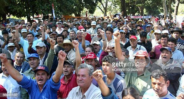 Seguidores del ex militar Lino Cesar Oviedo se manifiestan el 01 de noviembre de 2005 en Asuncion en la Plaza de la Justicia frente al Palacio de...