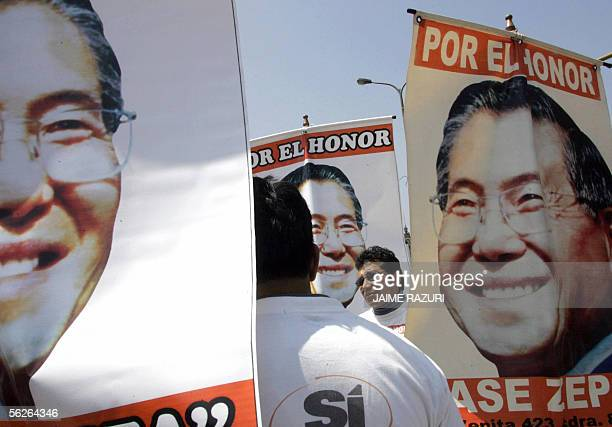 Seguidores del ex presidente peruano Alberto Fujimori sostienen pancartas con su retrato el 23 de noviembre de 2005 frente al Palacio de Justicia en...