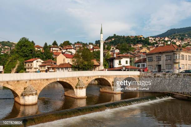 seher-cehajina ottoman bridge on the miljacka river in sarajevo, bosnia and herzegovina - sarajevo stock-fotos und bilder