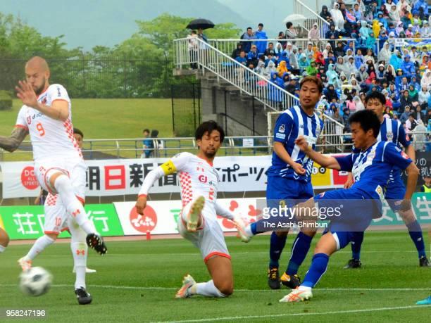 Seigo Kobayashi of Montedio Yamagata scores his side's first goal during the JLeague J2 match between Montedio Yamagata and Omiya Ardija at ND Soft...