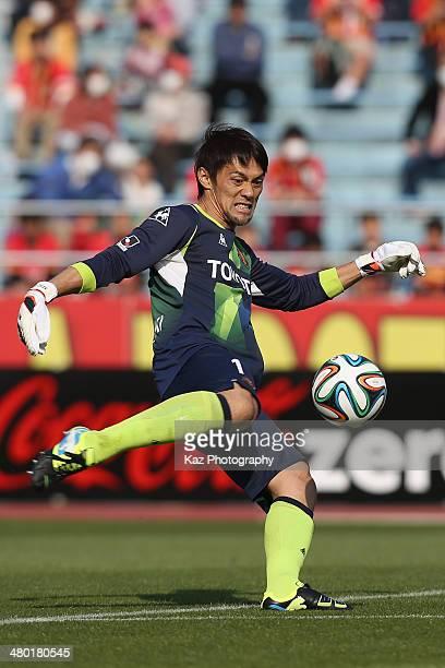 Seigo Narazaki of Nagoya Grampus in action during the J. League match between Nagoya Grampus and Vissel Kobe at the Mizuho Athletic Stadium on March...