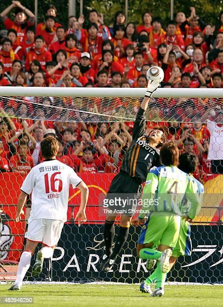 Seigo Narazaki of Nagoya Grampus makes a save during the J.League match between Shonan Bellmare and Nagoya Grampus at Hiratsuka Stadium on November...