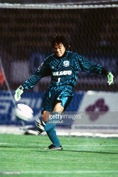Seigo Narazaki of Yokohama Flugels in action during the J.League first stage match between Vissel Kobe and Yokohama Flugels at the Kobe Universiade...