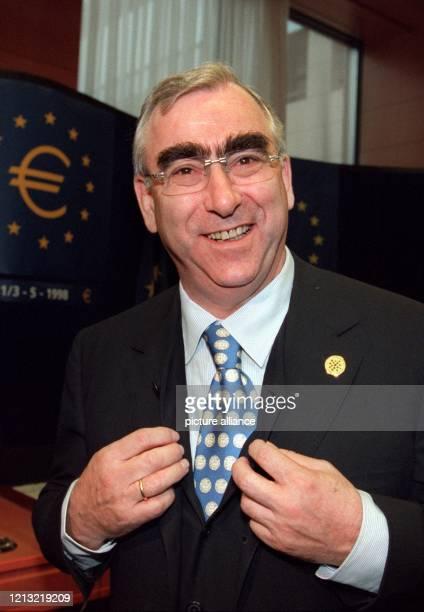 Seine EuroKrawatte zeigt Bundesfinanzminister Theo Waigel dem Fotografen am Rande einer Pressekonferenz am 251998 in der belgischen Hauptstadt...