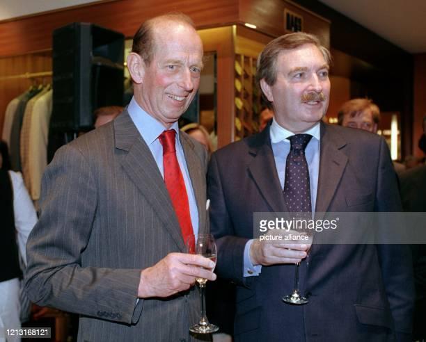 Seine königliche Hoheit Prinz Edward Herzog von Kent stößt am 2561999 anläßlich der Eröffnung der Modeboutique DAKS in Berlin mit dem Geschäftsführer...