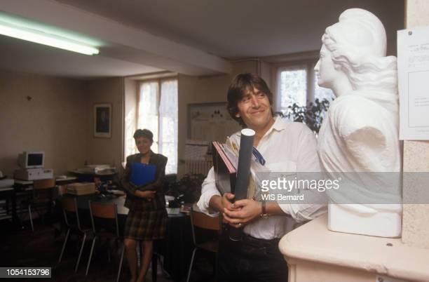 SeineetMarne France 4 octobre 1991 Le chanteur Yves DUTEIL à PrécysurMarne la commune dont il est le maire Ici dans le bureau de sa Mairie où il...